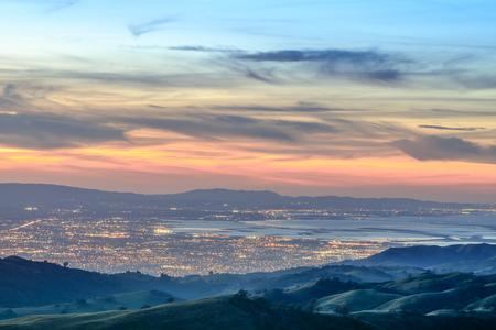 Silicon Valley Ansichten von oben. Santa Clara Valley an der Dämmerung, wie vom Leck-Observatorium im Berg Hamilton östlich von San Jose, Santa Clara County, Kalifornien, USA gesehen. Standard-Bild