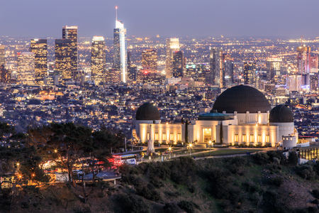 Griffith Observatory Park with Los Angeles Skyline at Dusk. Twilight views of the famous monument and downtown from Santa Monica Eastern Mountains. Los Angeles, California, USA. 版權商用圖片