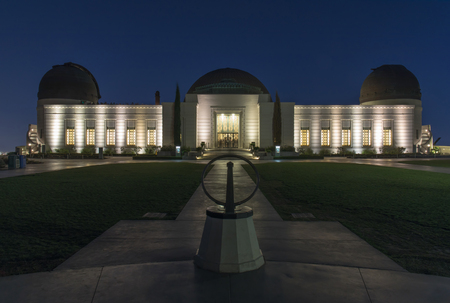 Exterior of Griffith Observatory at night. Los Angeles, California, USA. 報道画像