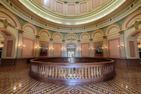 """Sacramento, California - 6 de julio de 2018: Rotonda del segundo piso del Capitolio del Estado de California. La baldosa colocada en la Rotonda del segundo piso del Capitolio es un mosaico geométrico de formas en tonos tierra, creando un efecto de """"marquetería"""" similar a la carpintería con incrustaciones en Renaissan"""