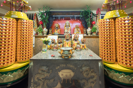 San Francisco California - August 17, 2018: Ma Tsu Taoist Temple Altar in Chinatown. Founded in 1986, it is dedicated to Mazu and has foundational ties to the Chaotian Temple in Beigang, Yunlin, Taiwa 報道画像