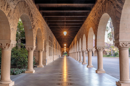 Exterior colonnade hallway of Stanford University Campus Building. Stanford, Santa Clara County, California, USA. 報道画像