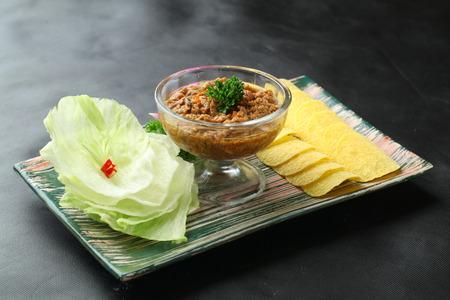 Potato chips with beef stew  Zdjęcie Seryjne