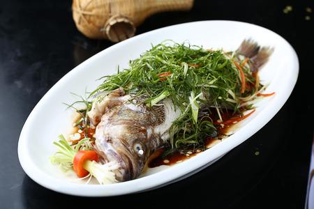 伝統的な蒸し魚