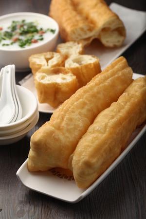 bign�: Lungo marrone dorato fritti asiatico pasta frittelle e polenta Archivio Fotografico