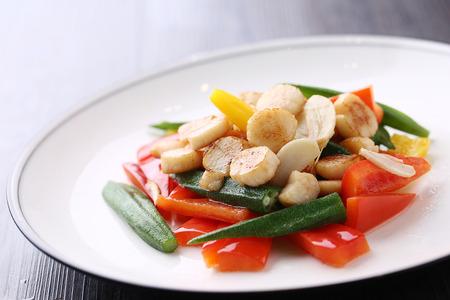 petoncle: pétoncles frit aux légumes Banque d'images