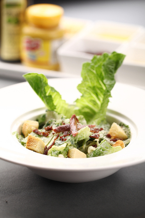 crouton: Salad with crispy bacon bits and croutons served in a bowl Stock Photo