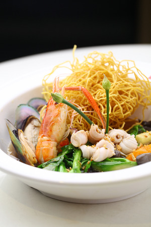 yi mein: Yee mee noodle with seafood served in a bowl