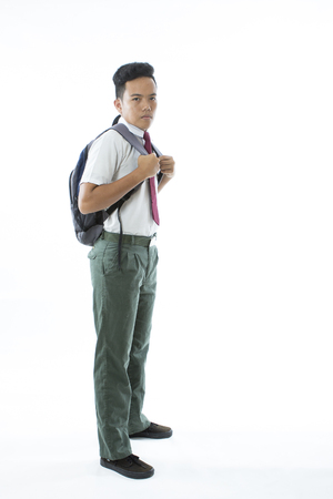 garçon de l & # 39 ; école populaire isolé sur fond blanc