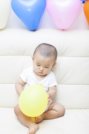 bebes lindos: Chinese baby boy and colorful balloons, shot in Beijing, China Foto de archivo