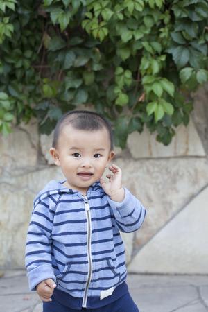 bebes lindos: Lindo Beb� chino que juega al aire libre, un disparo en Beijing, China