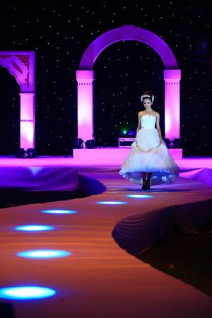 bridal gown: Modelo de manera con el vestido de novia caminando por la pista de aterrizaje Editorial