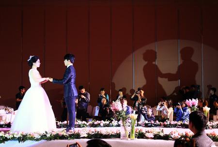 h�ndchen halten: Braut und Br�utigam Hand in Hand