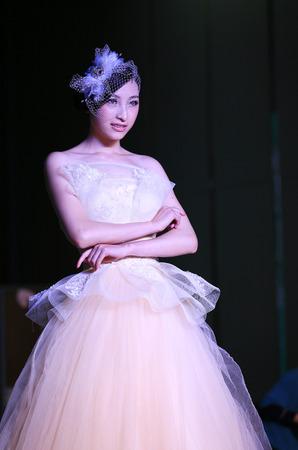 bridal gown: Una mujer en traje de novia sonriendo