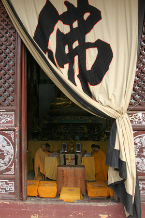 sotana: Cuatro monjes dentro de una habitaci�n