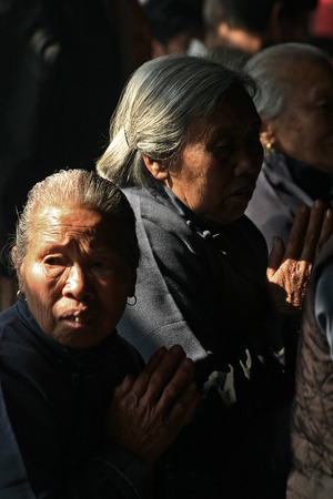 mujeres orando: Las ancianas rezando