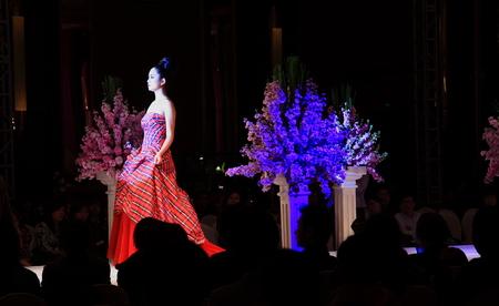 bridal gown: Modelo en el vestido de novia en la pista