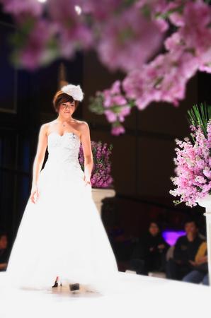 bridal gown: Modelo con vestido de novia en la pista