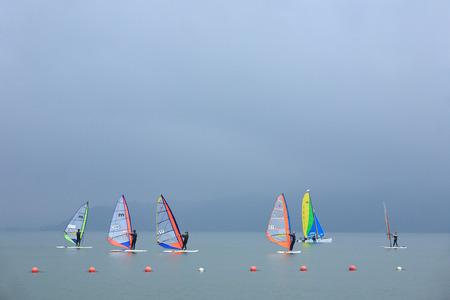 windsurfing: Gente windsurf en el lago