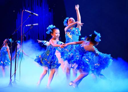 ragazze che ballano: Girls dancing on stage Editoriali