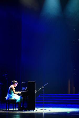 pianista: El pianista actuando en el escenario