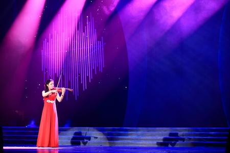 violinista: violinista femenina en el escenario