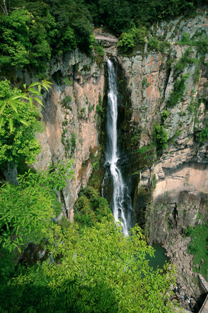 plan éloigné: Long shot of waterfall in Qianzhangyan Banque d'images
