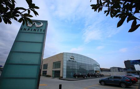 infiniti: Nissan infiniti automobile showroom