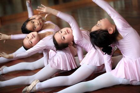 ni�os bailando: Las ni�as que practican ballet en el aula