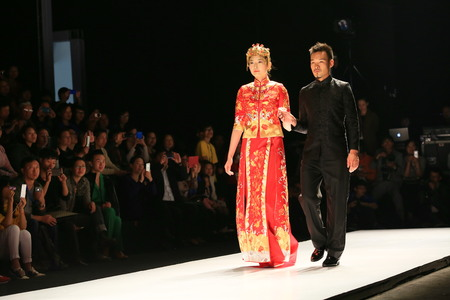 mannequins hommes: Female and male models in chinese traditional bridal costume