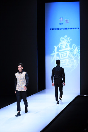 mannequins hommes: Male models walking on runway