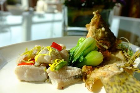 dish fish: Plato de pescado servido en un plato
