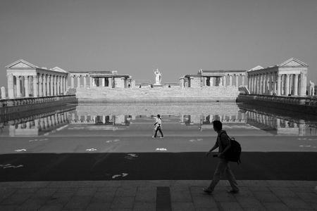 templo griego: Vista de una piscina y réplicas del antiguo templo griego