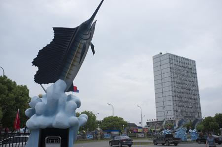 pez espada: Estatua de un pez espada Editorial