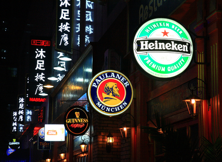 signboards: letreros de tienda en la calle en la noche Portman Editorial