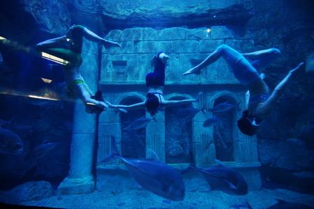 beine spreizen: Tanzen unter Wasser Editorial