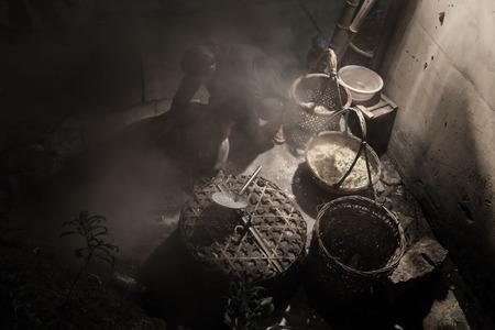 cocina vieja: Una persona que cocina en la cocina antigua