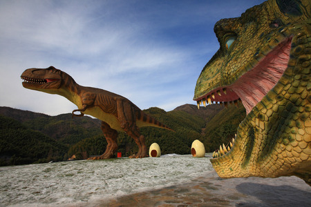 t ski: Replicas of Tyrannosaurus in a theme park