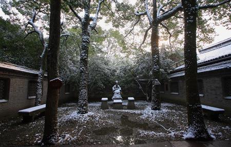 qin: Statue of Fan Qin the founder of Tian Yi Ge during winter