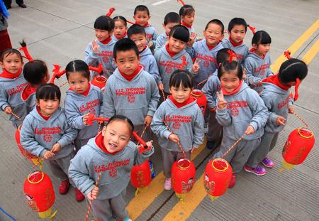 chinese lanterns: Adorable children holding red Chinese lanterns Editorial