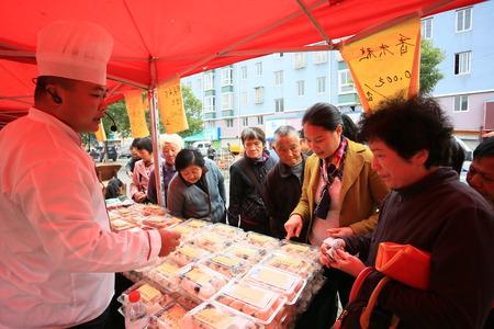 buying: Customers buying food