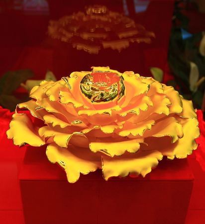 display stand: Golden flower on a display stand