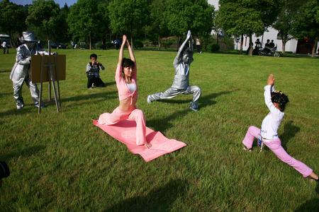 beine spreizen: Man Malerei Yoga-Posen
