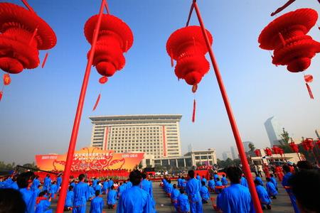 joyous festivals: Lanterns behind the performers
