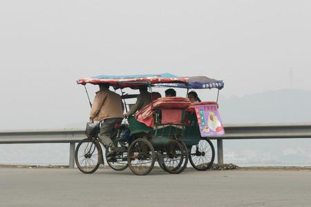 rikscha: Ansicht von Menschen auf dem Dreirad Rikscha