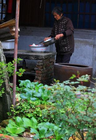 lavando ropa: lavar la ropa de la se�ora mayor