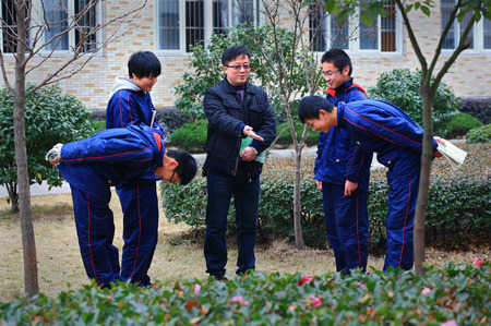 14 15 years: Teacher giving lecture to students