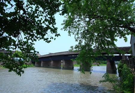 covered bridge': Covered bridge across the river