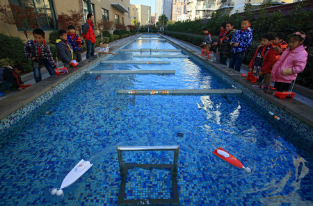 rc: Students playing rc boats