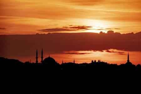 zonsopgang en stadssilhouet in istanbul